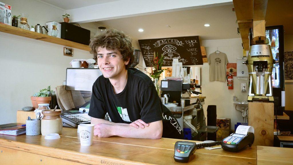 Commerçant heureux et quartier revitalisé grâce à Ethicité et Didier Dely